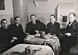 Tartu Kunstimuuseumi asutamise toimkonna koosolek 18. märtsil 1940.aastal 'Pallase' ruumides. Vasakult paremale: I. Lill, J. Kitzberg, J. Püttsepp, E. Root, A. Starkopf.