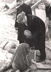 Direktor V. Erm J. Koorti 'Halastajaõe' ja E. Jõesaare 'Naise torso' juures Tartu Kunstimuuseumi päästetöödel Lai tn. 17, 29. jaanuaril 1943.