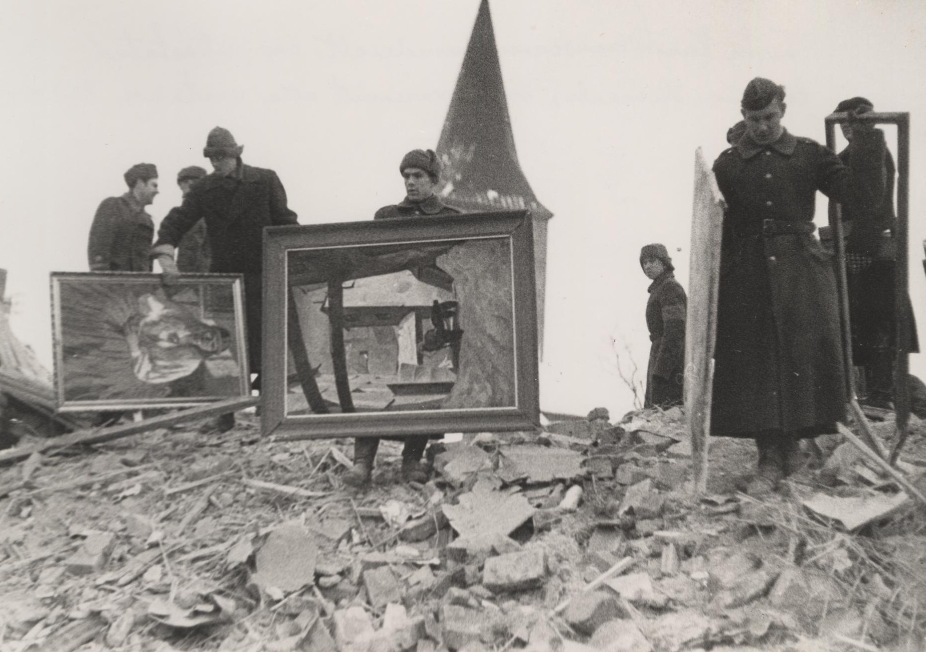 Saving oil paintings from the ruins on 29.01.1943.
