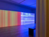 """Nanna Debois Buhl """"Tähespektrid"""". 2020. Installatsioon. Kardin 3 x 14m; kahe kanaliline video, 10'. Foto Indrek Grigor"""