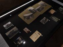Vitriin ajalooliste materjalidega. Foto Indrek Grigor